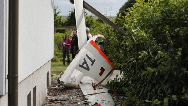 Segelflugzeug stürzt mitten in Wohngebiet ab (Bild: APA/JOSEF BOLLWEIN)