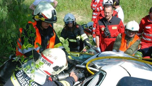 32-Jährige mit Auto gegen Baum geprallt - tot (Bild: APA/PRESSESTELLE BFK MÖDLING)