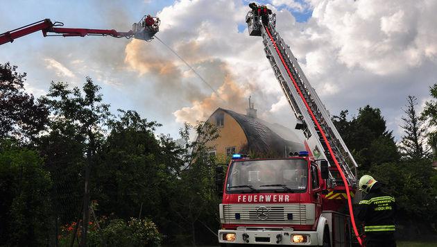 NÖ: Wohnhaus in Mödling brannte lichterloh (Bild: Lukas Derkits/Pressestelle BFK Mödling)