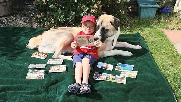 """Der schwerkranke Owen und der behinderte Hund """"Haatchi"""" sind dicke Freunde. (Bild: Will Howkins)"""
