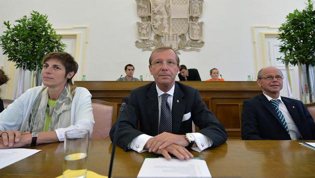 LHStv. Astrid Rössler, LH Wilfried Haslauer und LHStv.Christian Stöckl (v.l.n.r.) ziehen Bilanz. (Bild: APA/BARBARA GINDL)