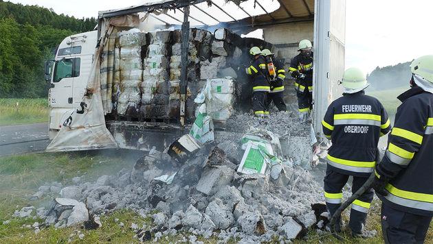 Laster geriet während der Fahrt in Brand (Bild: APA/LFV FRANZ FINK)