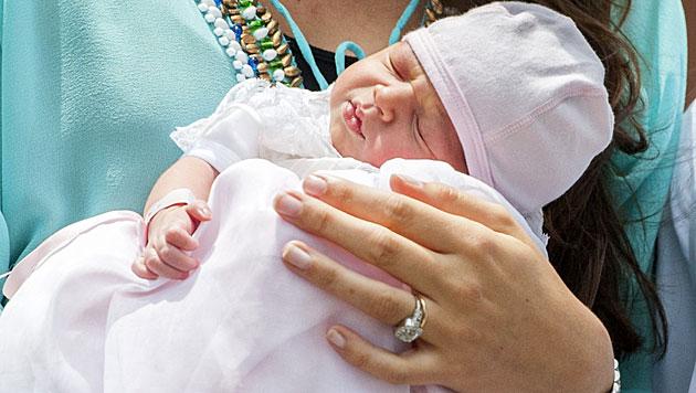 Luxemburg: Baby Amalia im Blitzlichtgewitter (Bild: APA/EPA/NICOLAS BOUVY)
