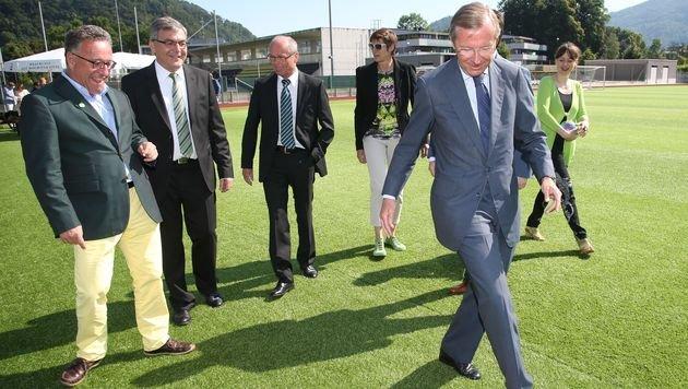 LH Wilfried Haslauer (vorne)mit den Regierungsmitglieder der schwarz-grün-gelben Koalition. (Bild: LMZ/Neumayr)