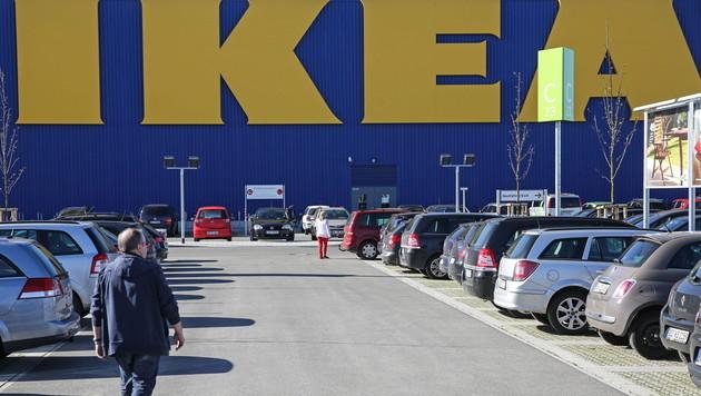 WhatsApp-Betrüger locken Opfer mit Ikea-Gutschein (Bild: APA/EPA/AXEL HEIMKEN)