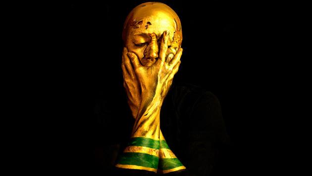 Bodypainting-Künstlerin wurde zur WM-Trophäe (Bild: emmaallen.org)