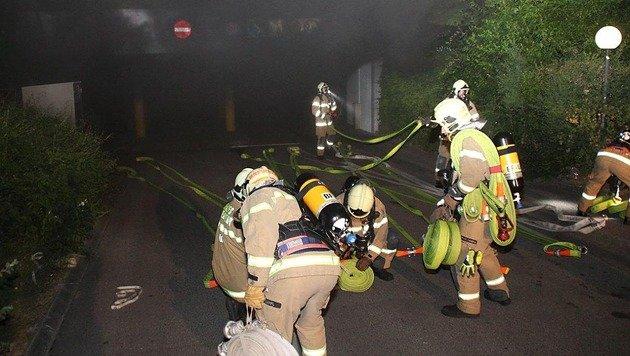 Linz: Auto ging in Tiefgarage in Flammen auf (Bild: APA/BERUFSFEUERWEHR LINZ)
