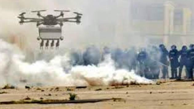 Neue Drohne schießt Pfefferspray auf Demonstranten (Bild: desert-wolf.com)