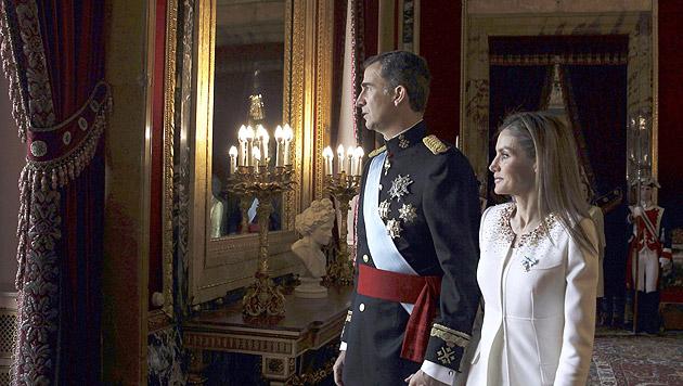 Küsschen auf dem Balkon: Königsfamilie im Palast (Bild: APA/EPA/JAVIER LIZON / POOL)
