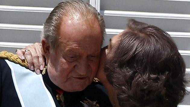 Küsschen auf dem Balkon: Königsfamilie im Palast (Bild: APA/EPA/JUAN CARLOS HIDALGO)
