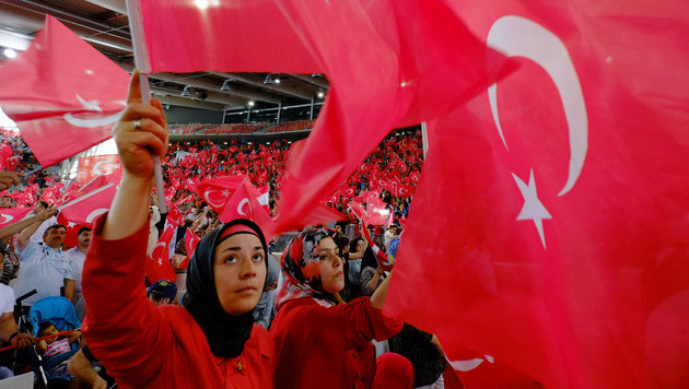 Tumulte bei Demo während Erdogan-Rede in Wien (Bild: APA/HANS PUNZ)