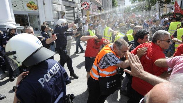 Die Polizei setzt Reizgas gegen die Demonstranten ein. (Bild: APA/HERBERT P. OCZERET)