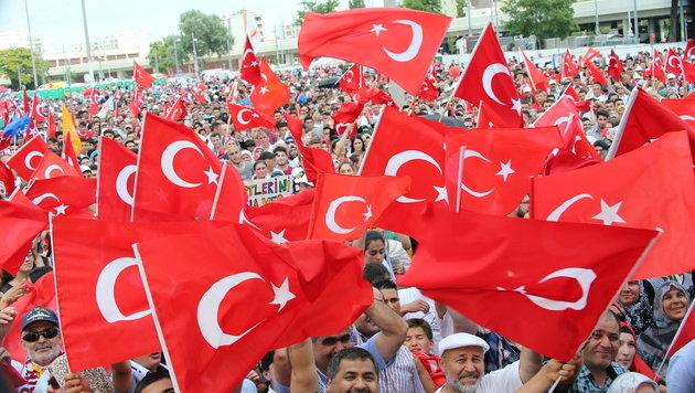 Anhänger des türkischen Premiers versammelten sich in Wien-Kagran. (Bild: Peter Tomschi)