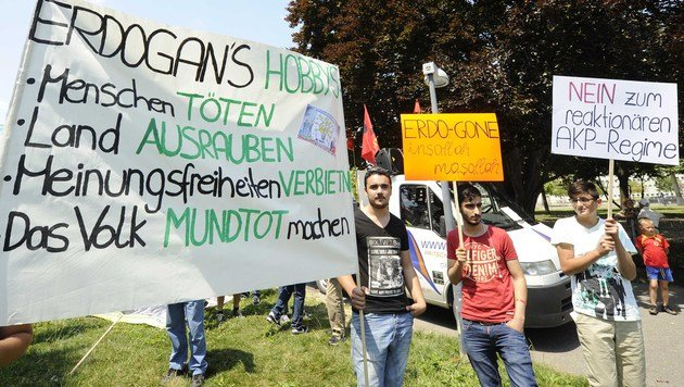 Tumulte bei Demo während Erdogan-Rede in Wien (Bild: APA/HERBERT P. OCZERET)