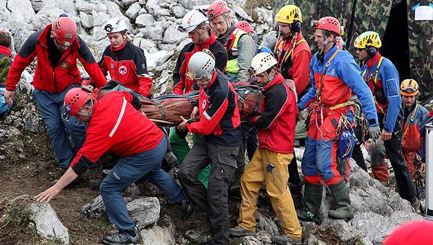 Verletzter Höhlenforscher nach Polen zurückgekehrt (Bild: AP)