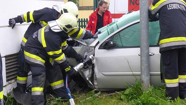 Alkolenker (25) kracht mit Auto gegen Hausmauer (Bild: FF Leoben-Göss)