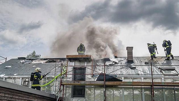 Ein Verletzter bei Wohnhausbrand in Oberösterreich (Bild: APA/FREIWILLIGE FEUERWEHR NEUHOFEN)