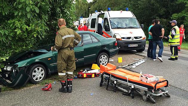 Mutter und drei Kinder bei Autounfall verletzt (Bild: APA/EINSATZDOKU/PATRIK LECHNER)
