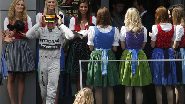 Sieger Nico Rosberg und die Grid-Girls (Bild: AP)