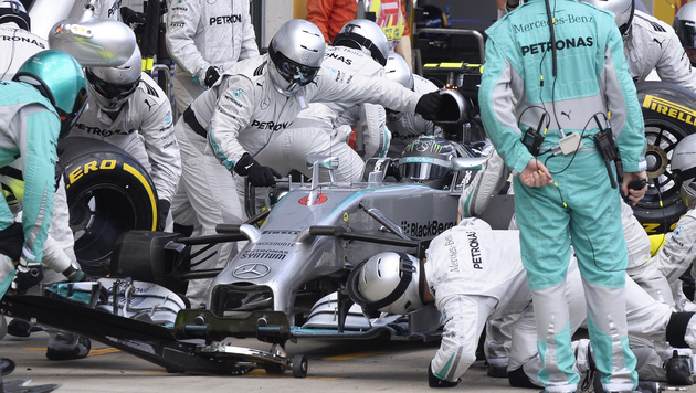 Nico Rosberg an der Box (Bild: EPA/HANS KLAUS TECHT)
