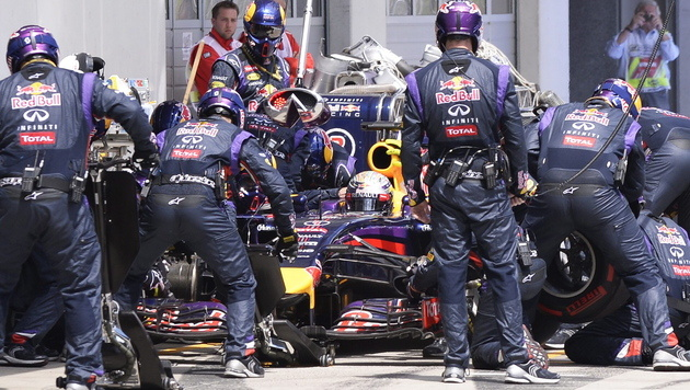 Sebastian Vettel an der Box (Bild: EPA/HANS KLAUS TECHT)