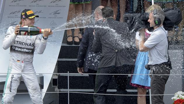 Nico Rosberg feiert seinen Sieg (Bild: APA/HERBERT NEUBAUER)