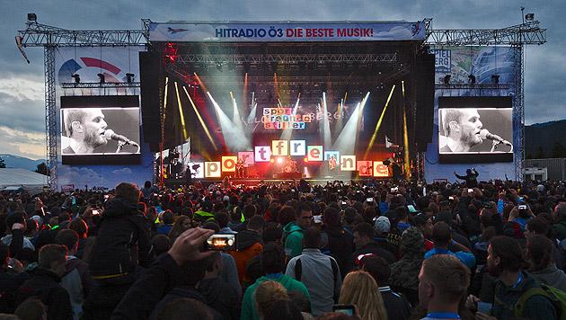 """Die """"Sportfreunde Stiller"""" auf der Showbühne am Red Bull Ring (Bild: APA/HERBERT NEUBAUER)"""