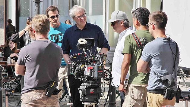 Regisseur Simon Curtis mit seiner Crew. (Bild: Alexander Tuma)