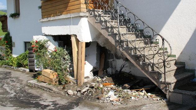 Gegen dieses Haus krachte der Wagen ehe er Feuer fing. (Bild: MELANIE HUTTER)