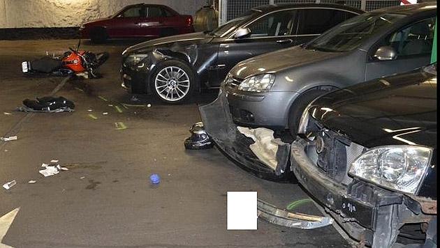 Die drei beschädigten Autos nach dem folgenschweren Unfall in einer Parkgarage in Wien-Donaustadt (Bild: APA/POLIZEI)