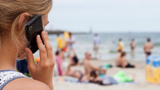 Roaming: Telefonieren im Ausland ab Juli billiger (Bild: dpa/Daniel Naupold)