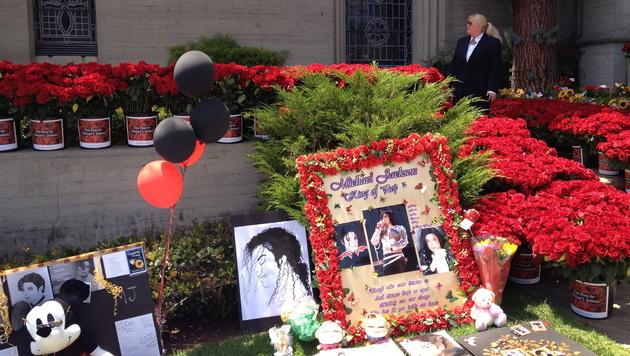 Fans legen Rosen vor dem Mausoleum von Michael Jackson nieder. (Bild: EPA)