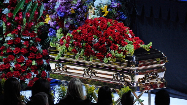 Michael Jacksons Sarg bei der Trauerfeier im Staples Center in L.A. (Bild: KEVORK DJANSEZIAN/EPA/picturedesk.com)