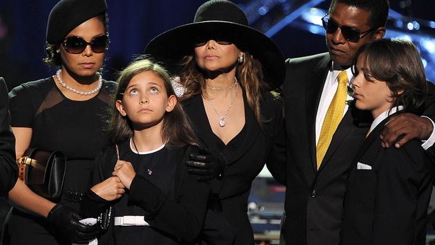 Die Jackson-Familie während der Zeremonie. (Bild: GABRIEL BOUYS/EPA/picturedesk.com)