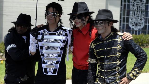 15.000 Rosen für Michael Jackson am 5. Todestag (Bild: APA/EPA/MICHAEL NELSON)