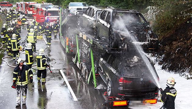 OÖ: 4 Neuwagen auf Anhänger in Flammen aufgegangen (Bild: APA/WERNER KERSCHBAUMMAYR)