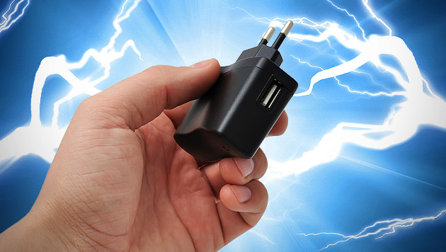 Frau getötet: Behörden warnen vor USB-Ladegeräten (Bild: thinkstockphotos.de (Symbolbild), krone.at-Grafik)