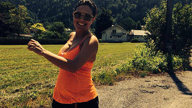 Moderatorin Nazan Eckes zeigt ihr Babybäuchlein (Bild: facebook.com/ECKES.NAZAN)
