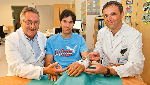 Primar Josef Obrist und Christian Windhofer mit ihrem Patienten Milan Adrian Novac (Bild: Markus Tschepp)