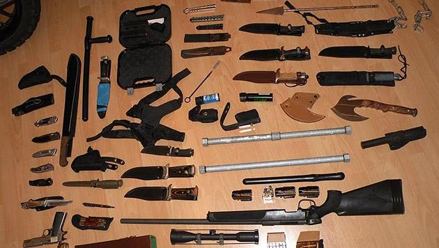 Waffenlager in Wohnung von Spritdieben entdeckt (Bild: APA/POLIZEI/LPD NÖ)