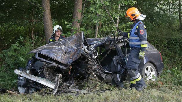 26-Jähriger prallt mit Auto gegen Bäume - tot (Bild: APA/HANNES DRAXLER/BFKDO AMSTETTEN)