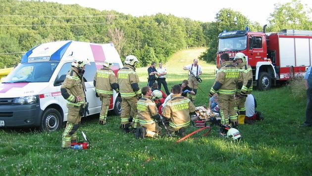 Bei Motorradunfall Eisenstange ins Bein gerammt (Bild: FF Breitenfurt)