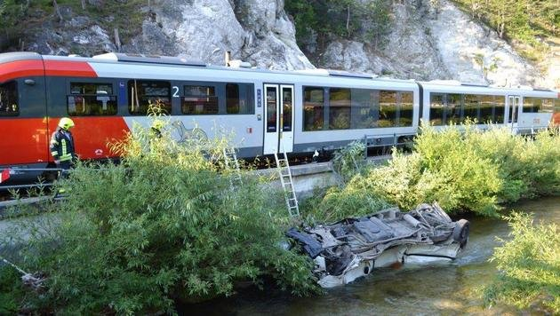 Klein-Lkw von Zug erfasst und in Bach geschleudert (Bild: Einsatzdoku.at)