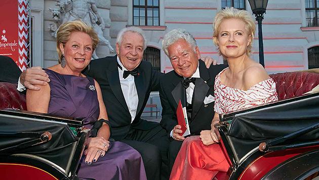 Ingeborg und Harald Serafin in der Kutsche mit Ildiko Raimondi und Ehemann Herbert. (Bild: Alexander Tuma)