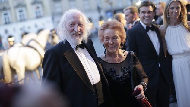 Karl Merkatz mit Gattin Martha, dahinter Hubert Neuper. (Bild: APA/EPA/GEORG HOCHMUTH)