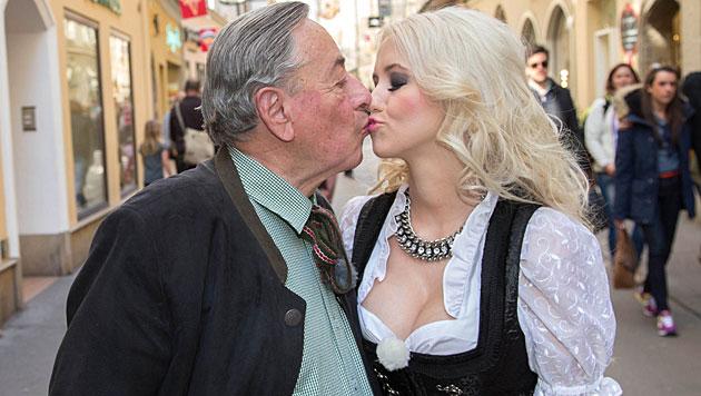 Richard Lugners Freundin ohne Unterwäsche (Bild: APA/NEUMAYR/MMV)