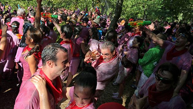 Spanisches Dorf feierte riesige Rotwein-Schlacht (Bild: AFP)