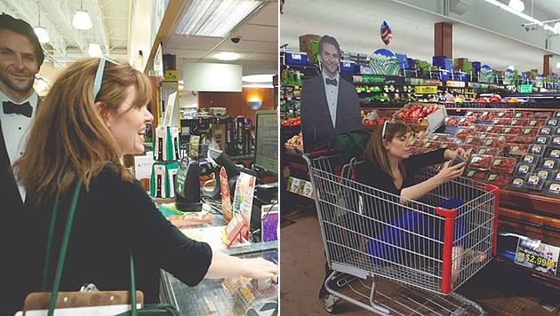 Bradley Cooper als braver Helfer beim Einkauf im Supermarkt. (Bild: instagram.com/mylifewithbradleycooper)