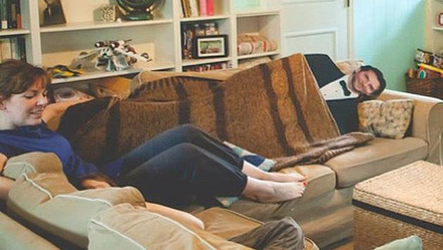 Ein gemütlicher Fernsehabend... (Bild: instagram.com/mylifewithbradleycooper)