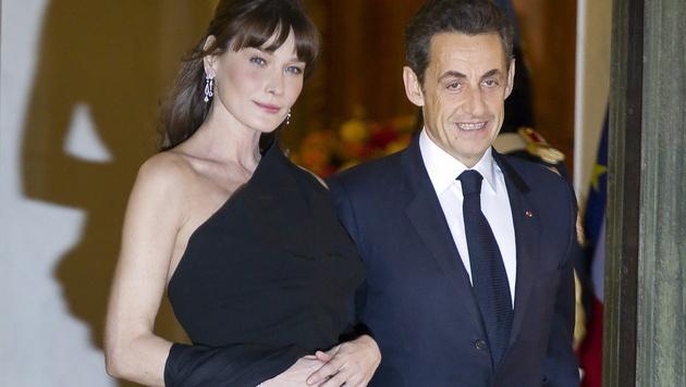 Sarkozy und First Lady Carla Bruni bei einem Staatsempfang im Elysee-Palast 2011. (Bild: IAN LANGSDON/EPA/picturedesk.com)